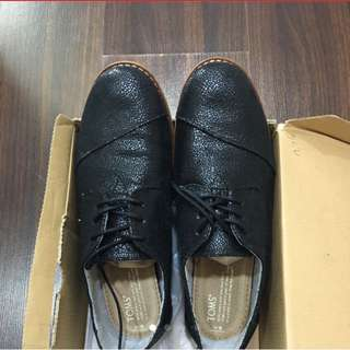 Toms Brogues in Black Crackled Leather