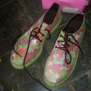 preloved sepatu docmart flower