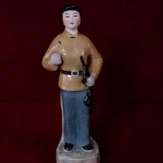 文革辉煌的艺术塑像 - 女游击队员