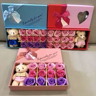 ❗️Box or Roses with light stains❗️(refer pic 2,3 & 4)🌹12 stalks of handmade scented roses 🌹+ a cutie bear 👌🏻