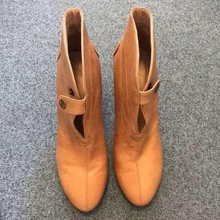 👠駝色前釦高跟短靴 38號