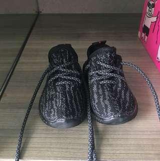 Yeezy kids shoes size 21 (kw)
