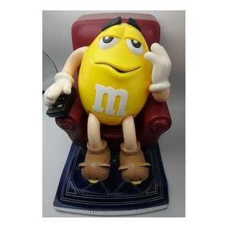 1999年  M & M IN LOUNGE CHAIR ON RUG REMOTE CANDY DISPENSER