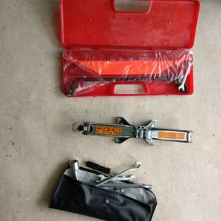 Breakdown triangle and car jack tools