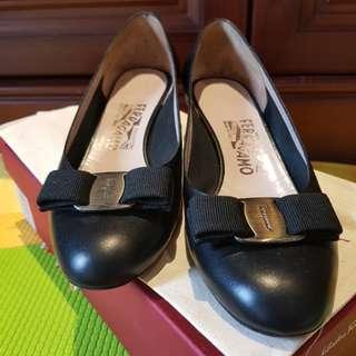 AUTHENTIC Salvatore Ferragamo Vara Bow Flats Shoes Black Sz us6 / 37. Excellent condition