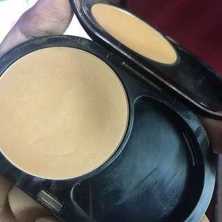 8hr wear mattifying compact foundation in 40 hazelnut