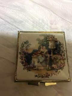 早年鏡盒2個,其中一盒為周生生出品。一共$150
