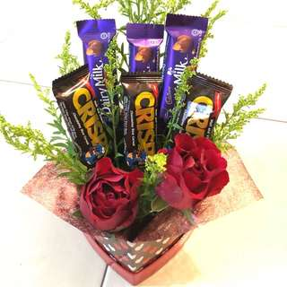 Mix chocolate with fresh roses in box ONLY MYR39