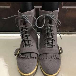 灰色麂皮短統靴