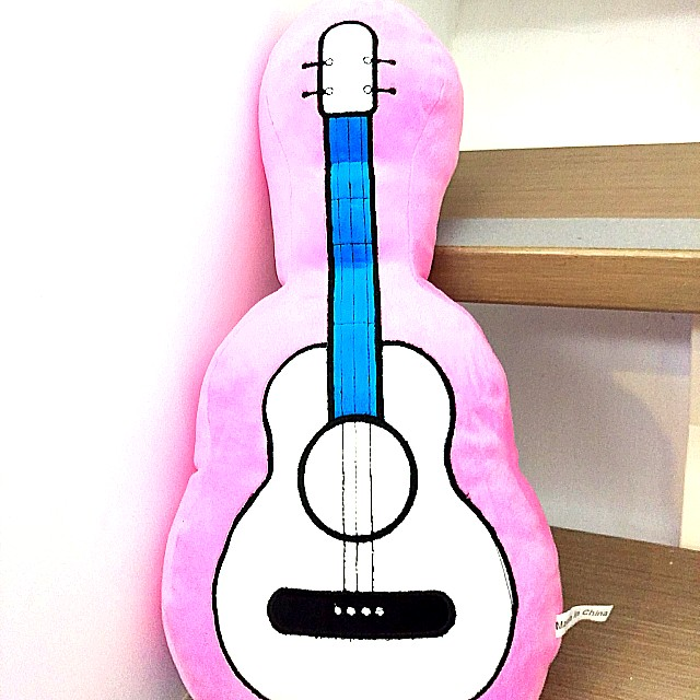 粉紅大吉他抱靠枕