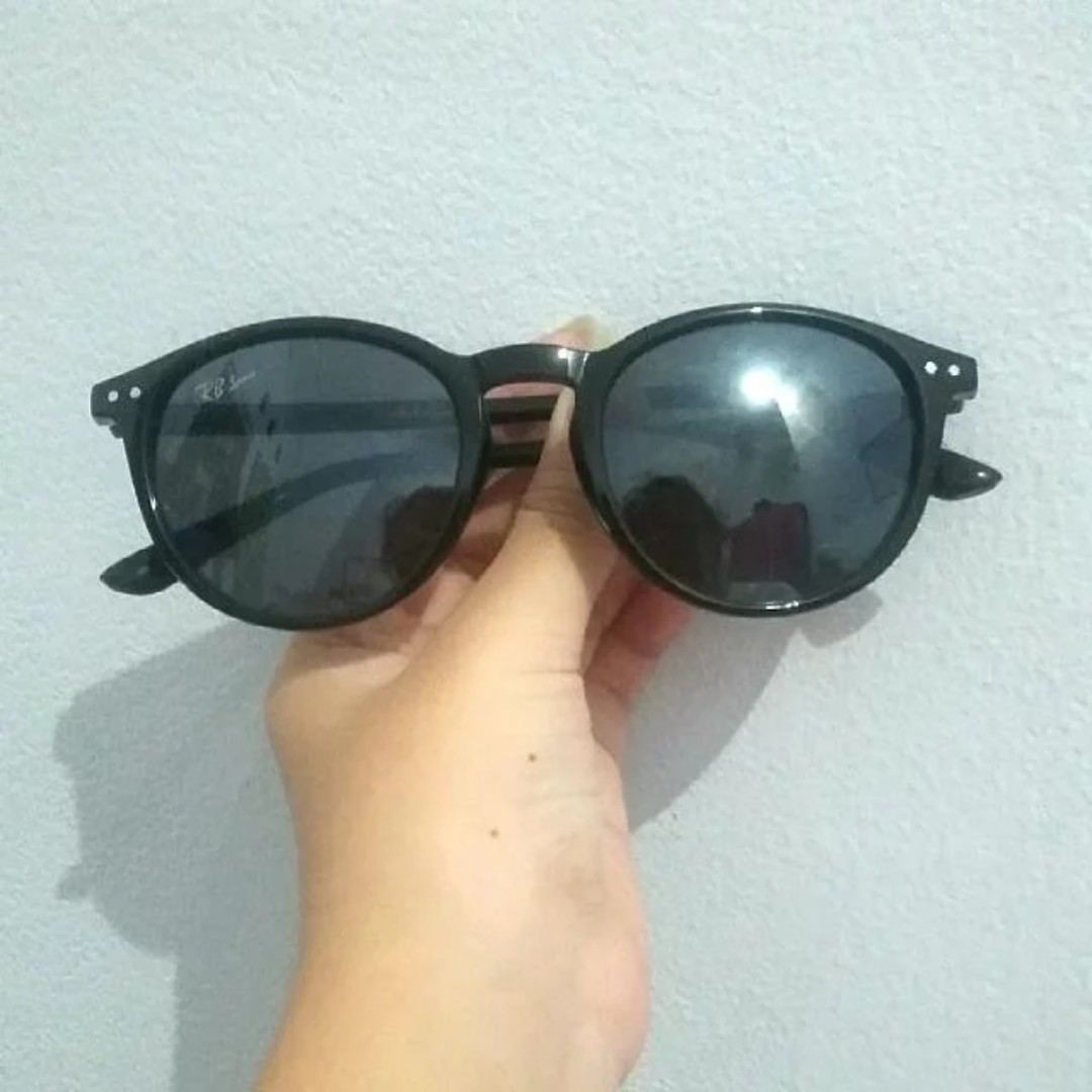 Kacamata Hitam / Black Sunglasses