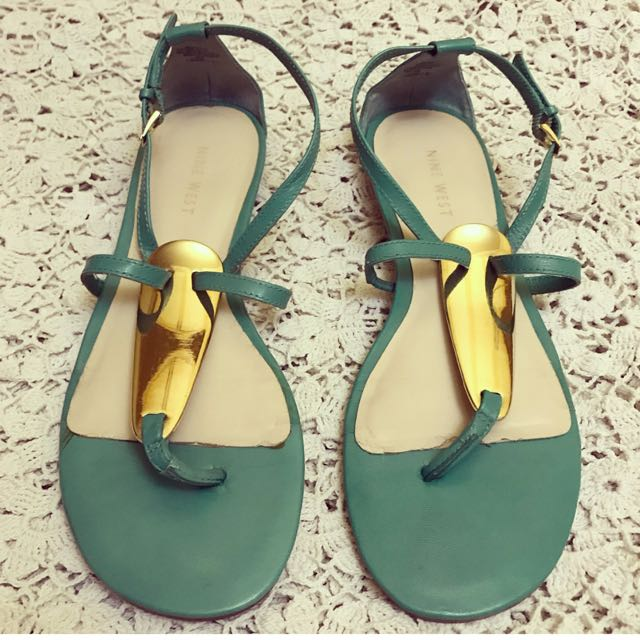 SIZE 7 NINE WEST WESLIE FLAT THONG SANDALS IN MINT COLOR