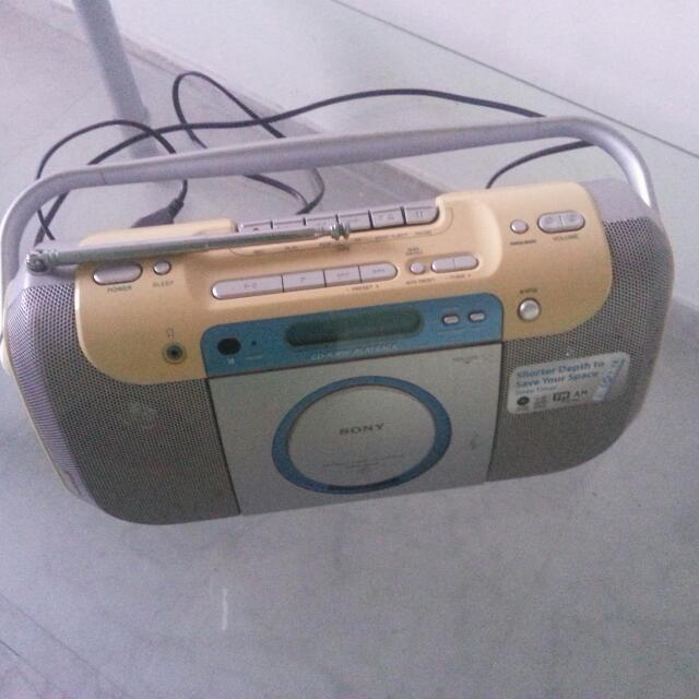 VINTAGE PORTABLE CD RADIO CASSETTE PLAYER