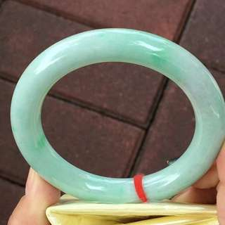 飄綠圓條手鐲,特價¥8900元,尺寸56.7/10.7/11.1。顏色豔麗,完美細膩,種水好,性價比超高!