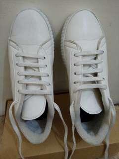 Sepatu wanita putih