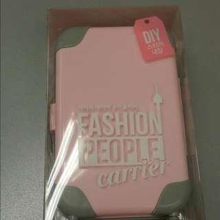 Fashion People's Carrier K-Pop Girl Tirish Pink 迷你时尚彩妝行李箱-粉紅色 一個小小行李箱打做出完美妝容,現在只需要拥有它,即可以解決旅行問題,內附DIY貼紙。