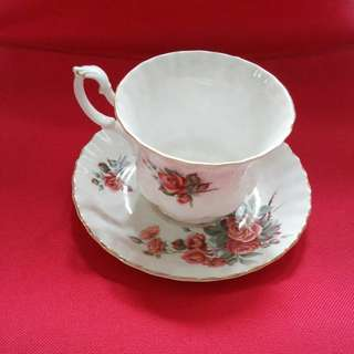 Best conditions. 1x royal bone China. 2x royal albert bone China. Good vintage conditions. ...$90.