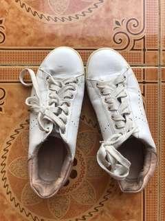 White shoes by stradivarius