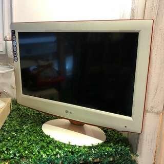 9成新,30吋 LG TV & Mon, 100%操作正常,有 2個HDMI 可打PS4,有VGA 作電腦Mon,有AV輸出到擴音機,有天線位可睇電視,有搖控