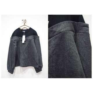這裡 Zhè lǐ 日系品牌假兩件造型,露肩感淺灰X黑拼接長袖衫,袖子有縮口設計唷