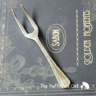 A handy vintage silver-plated fork for cutting and serving cakes! Ask a question