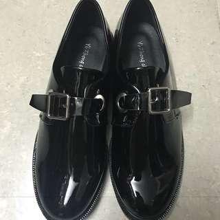英倫風漆皮鞋