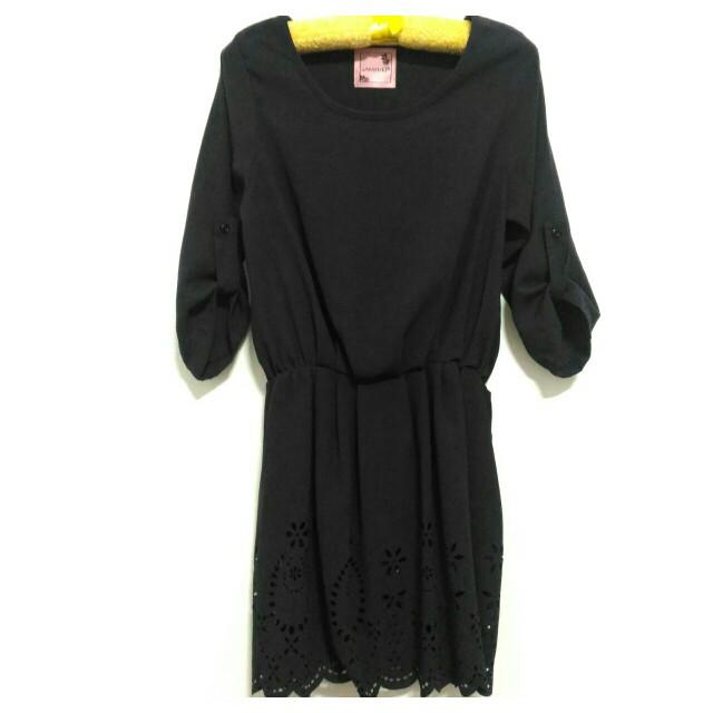 全新裙襬雕花設計黑色短袖洋裝連身裙