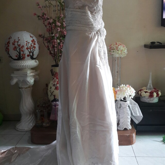 OFFWHITE WEDDING GOWN LONG TRAIL FOR SALE OR RENT