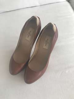 excellent condition Authentic Valentino Brown pumps with gold accent - 36.5 - fits 6-6.5 best