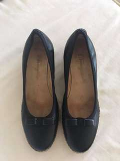 excellent condition FERRAGAMO black leather small wedge - 5.5 d - fitd 5.5-6