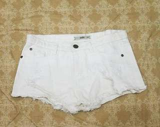WHITE RIPPED SHORT