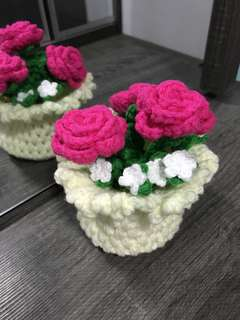 Crochet off white basket with roses - shocking pink