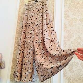 專櫃日單品牌 GU 裸粉色系浪漫薔薇滿載玫瑰印花 高質量雪紡紗 伸縮彈性褲頭 有雙口袋 長版長裙褲裙 浪漫長褲裙
