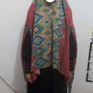 Hijab Kalong Dengan Belahan Tengah