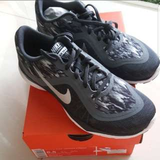 Nike women track shoes