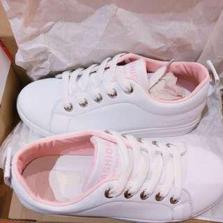 白色休閒鞋