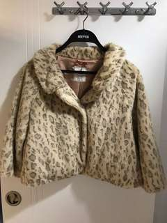 Selling for friend size S or XS 🈹 IT brand faux fur