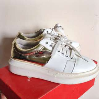 Sneakers import
