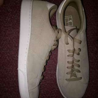 Im selling this nike shoes