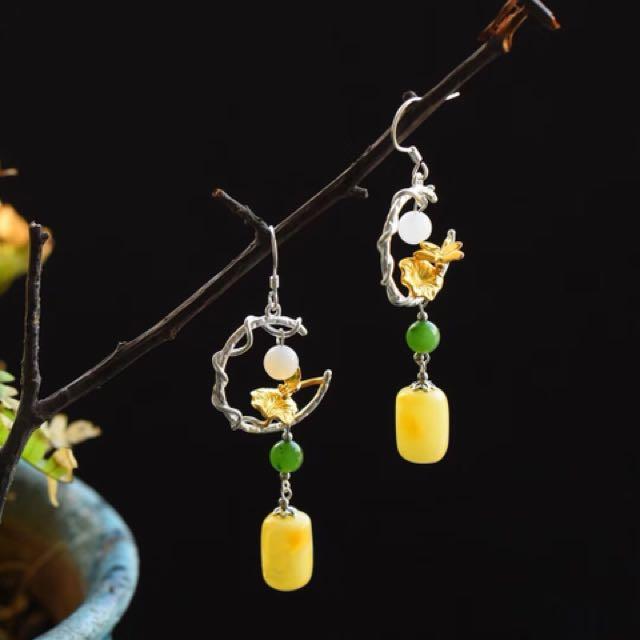 天然蜜臘耳環 搭配和田玉 桶珠12*8mm   素雅淡然,高度67mm 此款屬於客製化商品