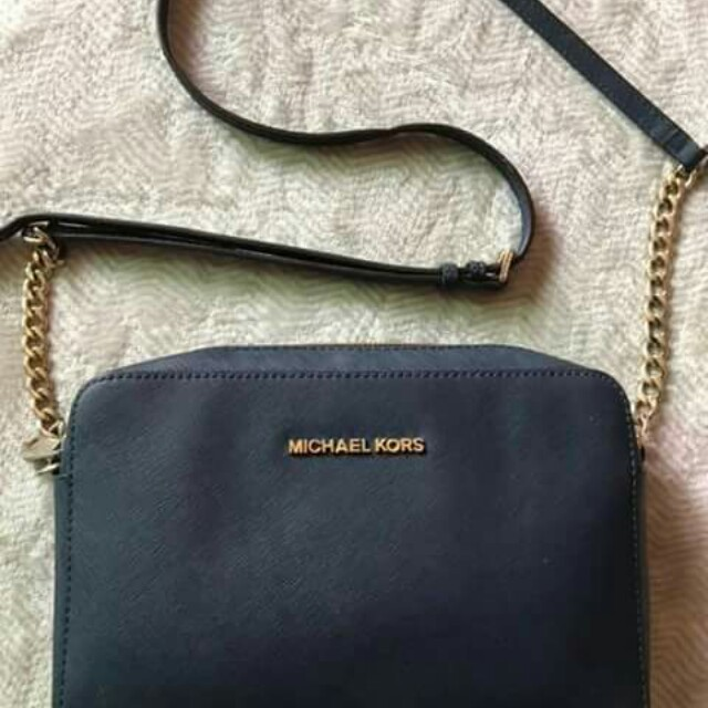 Auth Michael Kors slingbag