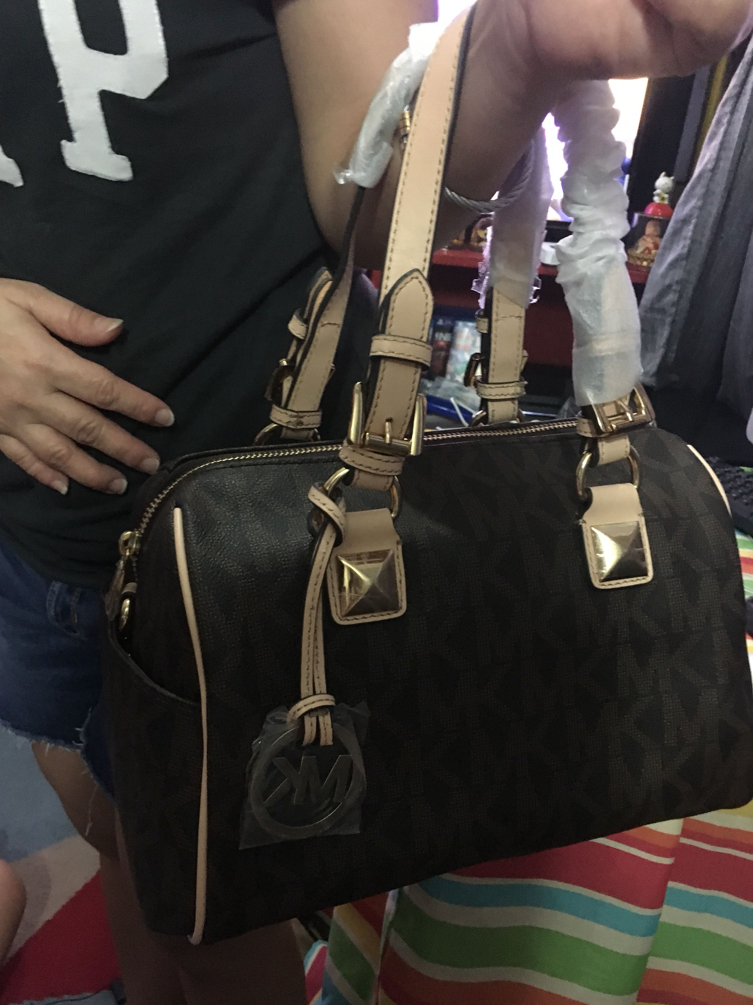 Rush Sale !!!Michael Kors Grayson with sling flaw a little scratch the locked handle last price already pls!!!