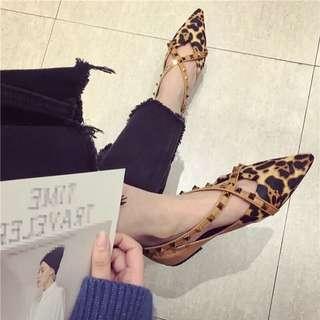 新款铆钉交叉扣帶馬毛豹纹尖頭軟底鞋