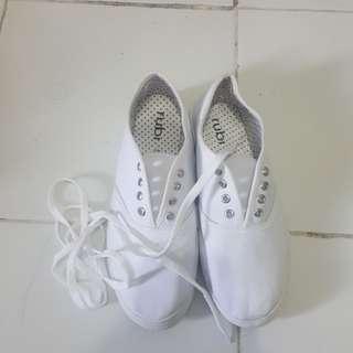 Sepatu rubi putih
