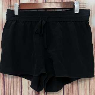 Wilfred aritzia 100% silk shorts black size 4 montrouge ( item E12)