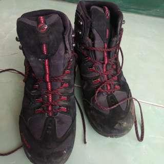 Sepatu gunung mammut