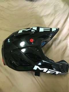 MET full face helmet (Gloss Black, M size)