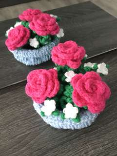 Crochet blue basket with roses - shocking pink