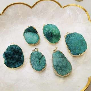 10pcs for $8 // $1 each - emerald green druzy stone pendant (gold)