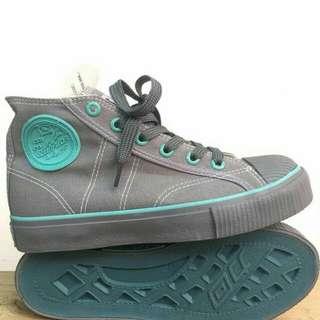 Sepatu warrior abu
